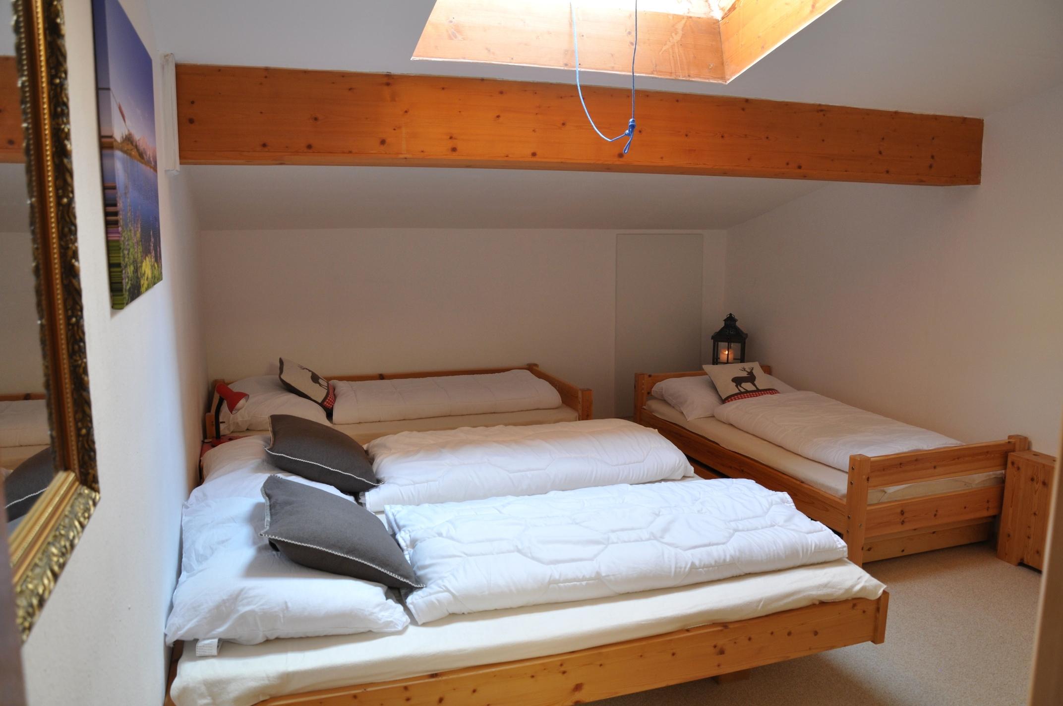 Geräumiges Schlafzimmer mit 1x Doppelbett en 2x Einzelbett